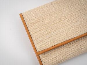 ビジネスシーンで使うことの多い名刺入れを、高級織物の原材料にも使用される、苧(からむし)と本革で作り高級感のある仕上がり。