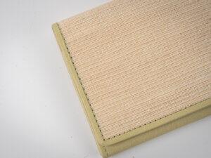 >ビジネスシーンで使うことの多い名刺入れを、高級織物の原材料にも使用される、苧(からむし)と本革で作り高級感のある仕上がり。