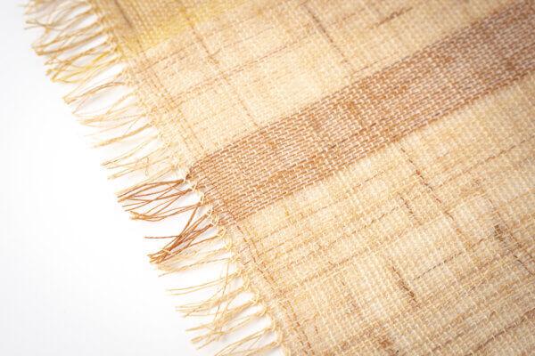 熟練の技で作られたからむしの糸を、地機織機で織ったからむし織。