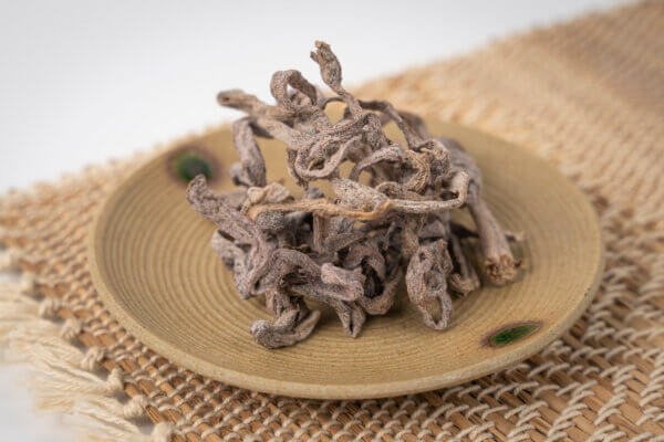 昭和村産のわらびを春だけではなく、いつでも食べれるように、塩漬けして乾燥させた保存食です。